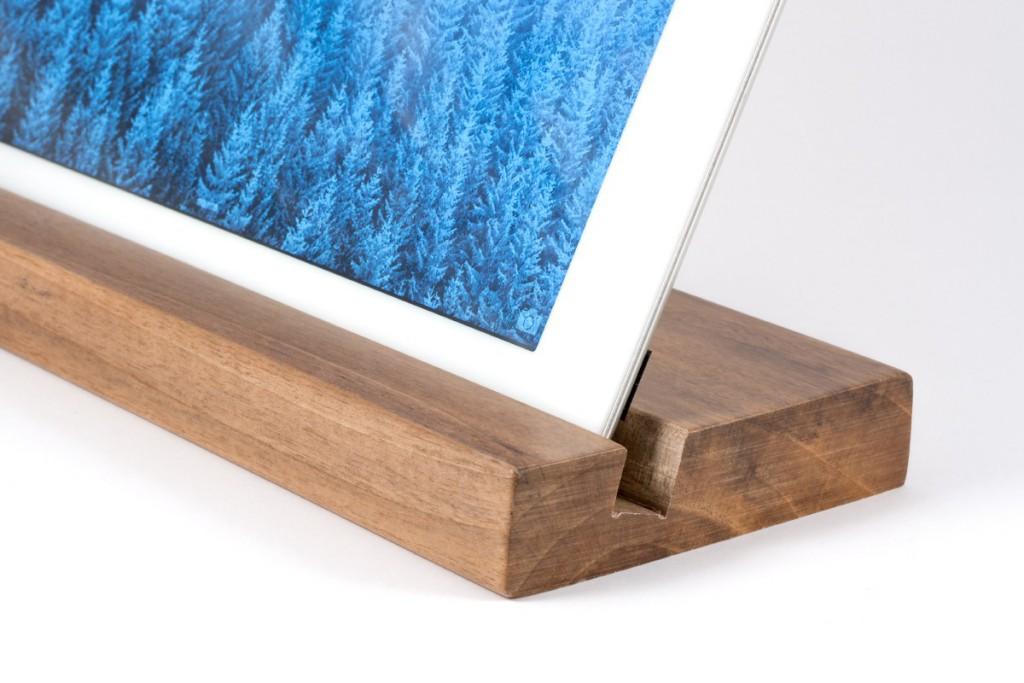 soporte-tablet-de-madera-de-nogal (1)